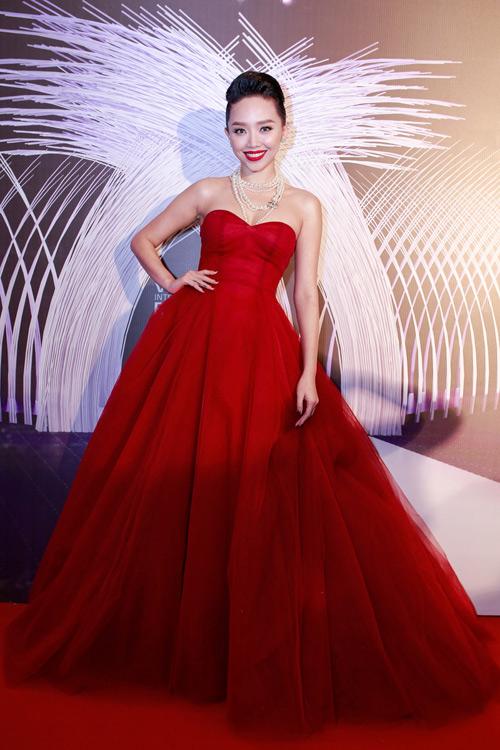 Váy hot nhất tuần: Đầm cúp ngực 150m vải của Tóc Tiên - 1