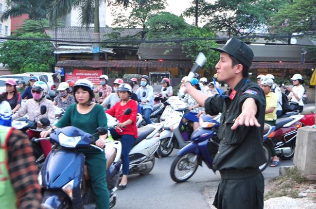 Trong đợt ra quân này, các chiến sĩ CSCĐ Hà Nội cũng sẽ tham gia phối hợp cùng CSGT điều khiển, phân làn và hướng dẫn người tham gia giao thông. Trong ảnh là chiến sĩ CSCĐ Lê Tuấn Huy đang làm nhiệm vụ điều khiển giao thông tại ngã 3 Hoàng Cầu - Kim Liên mới.