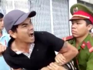 """Tin tức trong ngày - Video: Thanh niên la làng, vu CSGT là """"cướp"""""""