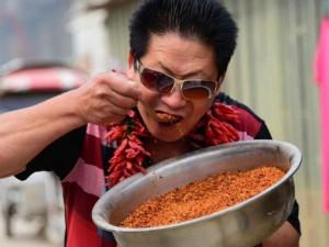 """Phi thường - kỳ quặc - """"Dị nhân"""" Trung Quốc ăn 2,5 kg ớt mỗi ngày"""