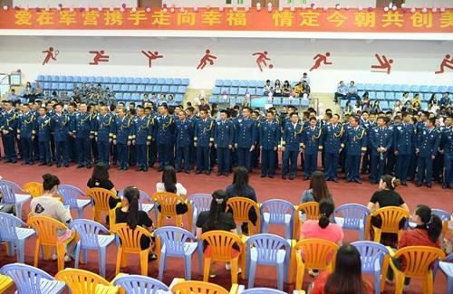 Hàng trăm gái trẻ nô nức đăng ký hẹn hò với lính - 1