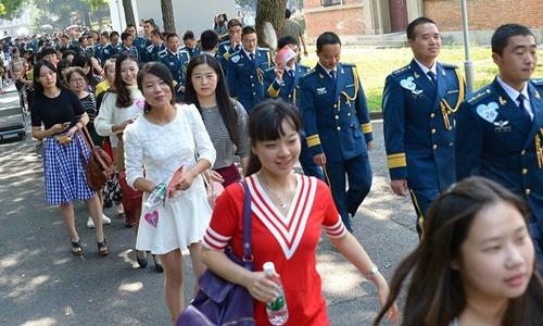 Hàng trăm gái trẻ nô nức đăng ký hẹn hò với lính - 2