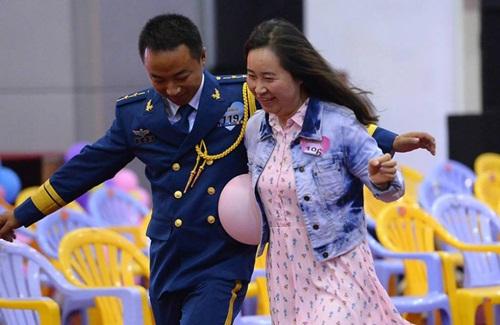Hàng trăm gái trẻ nô nức đăng ký hẹn hò với lính - 5