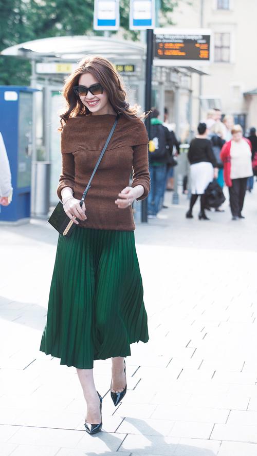 Diễm Trang mặc sành điệu trên phố Ba Lan - 8