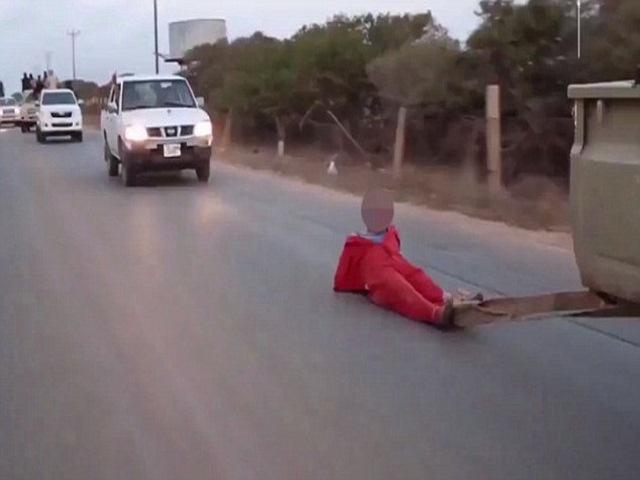 """IS hành quyết """"điệp viên"""" bằng cách kéo lê trên đường - 2"""