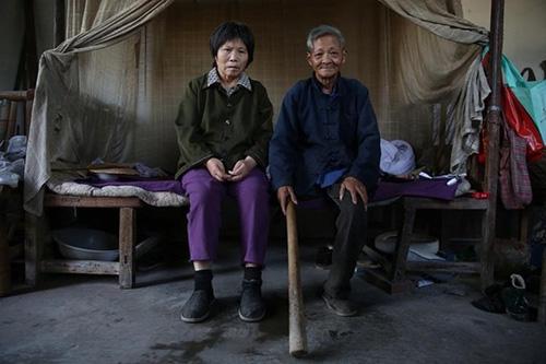 Chồng già một chân tận tâm chăm sóc vợ liệt giường - 2