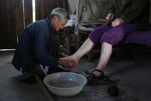 Chồng già một chân tận tâm chăm sóc vợ liệt giường - 1