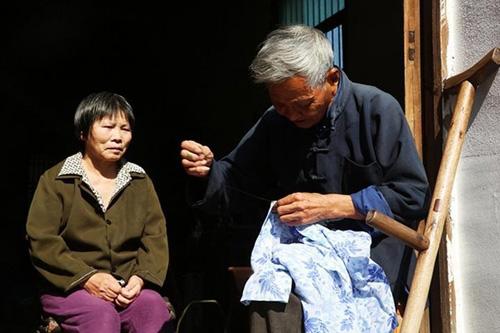 Chồng già một chân tận tâm chăm sóc vợ liệt giường - 3