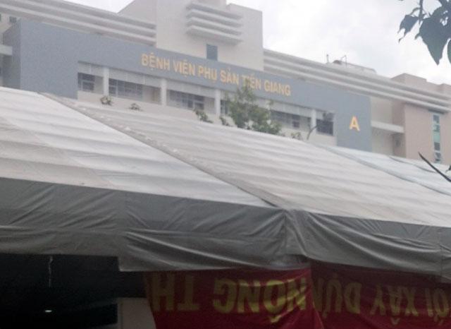 Phong tỏa cổng bệnh viện để... làm hội chợ - 2