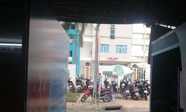 Phong tỏa cổng bệnh viện để... làm hội chợ - 4