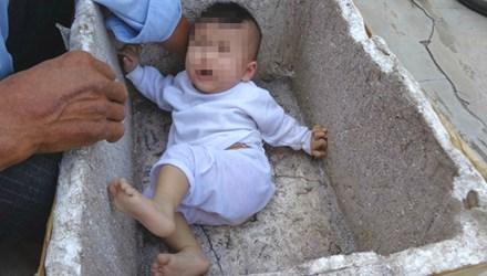 Bé gái 6 tháng tuổi bị bỏ rơi trong thùng xốp - 1