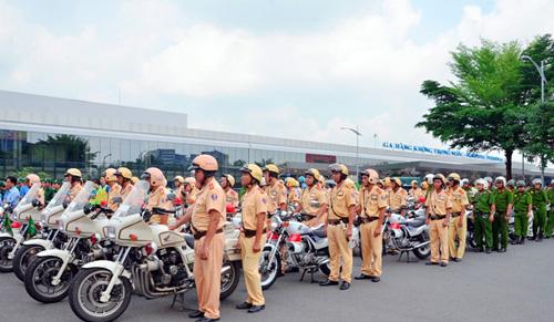 Hàng trăm cảnh sát giải tỏa ùn tắc gần sân bay Tân Sơn Nhất - 2