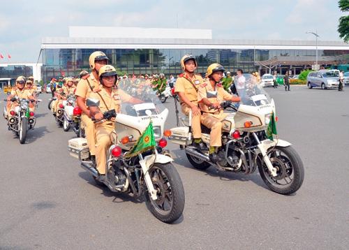 Hàng trăm cảnh sát giải tỏa ùn tắc gần sân bay Tân Sơn Nhất - 3
