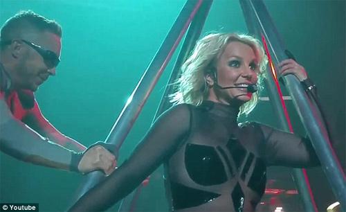 Britney Spears luống cuống vì toạc áo liền quần - 1