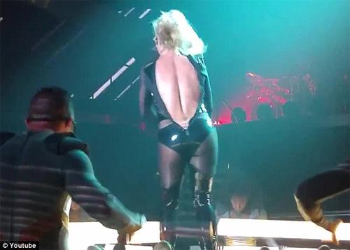 Britney Spears luống cuống vì toạc áo liền quần - 3