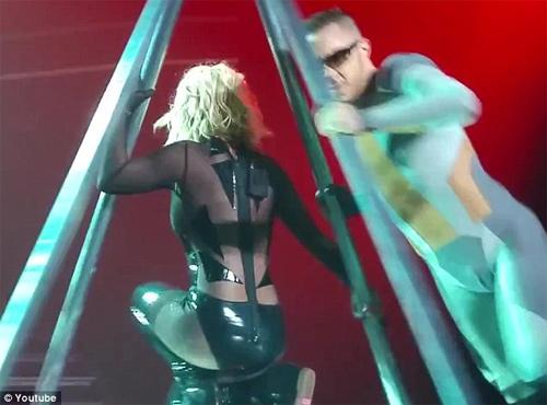 Britney Spears luống cuống vì toạc áo liền quần - 2