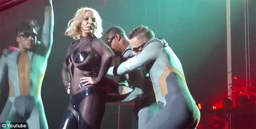 Britney Spears luống cuống vì toạc áo liền quần - 4