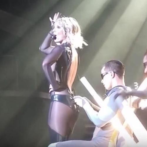 Britney Spears luống cuống vì toạc áo liền quần - 6