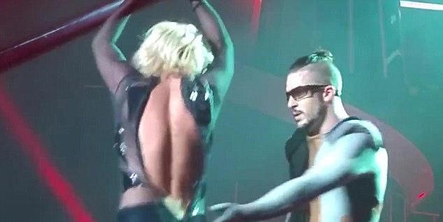 Britney Spears luống cuống vì toạc áo liền quần - 5