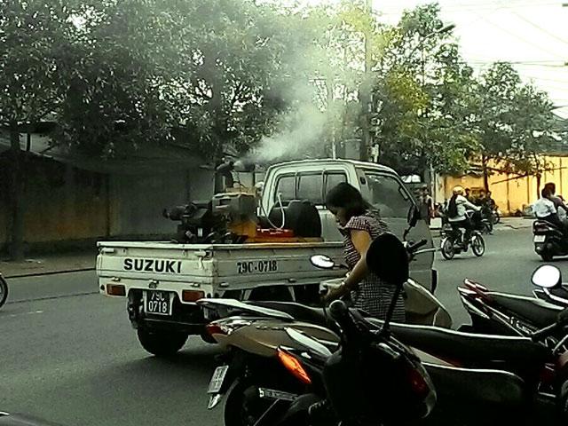 Clip: Phun thuốc diệt muỗi như tưới cây trên phố - 1