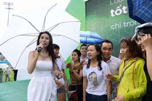 Công Vinh che ô cho Thủy Tiên hát dưới cơn mưa tầm tã - 7