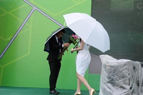 Công Vinh che ô cho Thủy Tiên hát dưới cơn mưa tầm tã - 6