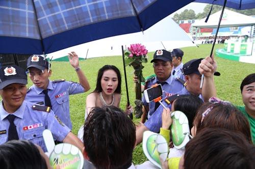 Công Vinh che ô cho Thủy Tiên hát dưới cơn mưa tầm tã - 8
