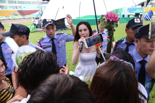 Công Vinh che ô cho Thủy Tiên hát dưới cơn mưa tầm tã - 9