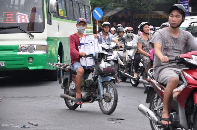 """Cận cảnh """"xe mù"""" - nỗi khiếp sợ của người dân TP.HCM - 14"""