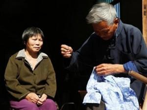 Bạn trẻ - Cuộc sống - Chồng già một chân tận tâm chăm sóc vợ liệt giường
