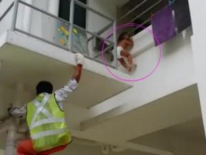 Bạn trẻ - Cuộc sống - Thót tim màn giải cứu em bé kẹt đầu ở lan can