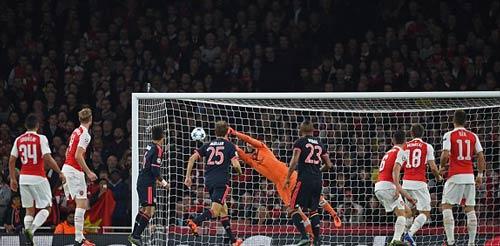 Pep chúc mừng đối thủ, Neuer vẫn tự nhận chơi tốt - 2
