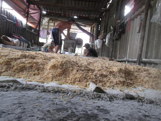 Lò sản xuất chà bông từ thịt gà độn bột mì, bốc mùi hôi thối - 1