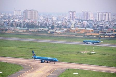 Sân bay Tân Sơn Nhất đóng cửa 15 phút vì chú chó lạc - 1