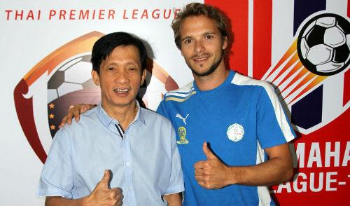 Ai đã giúp bóng đá Thái Lan bỏ xa Việt Nam? - 1