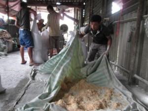 Thị trường - Tiêu dùng - Lò sản xuất chà bông từ thịt gà độn bột mì, bốc mùi hôi thối