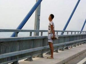 Tin tức trong ngày - HN: Giải cứu thanh niên ôm tảng bê tông lên cầu tự tử