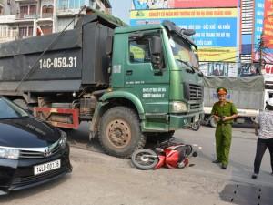 Tai nạn giao thông - Lái xe ôm chết thảm dưới gầm xe tải giữa ngã tư đèn đỏ