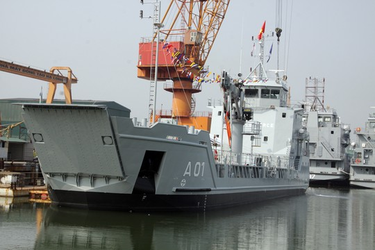 VN lần đầu tiên xuất khẩu tàu chở quân, xe thiết giáp - 1