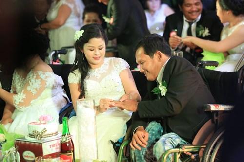 Xúc động lễ cưới tập thể của 40 cặp đôi khuyết tật - 10