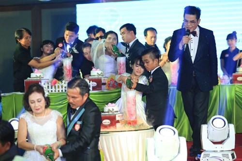Xúc động lễ cưới tập thể của 40 cặp đôi khuyết tật - 11