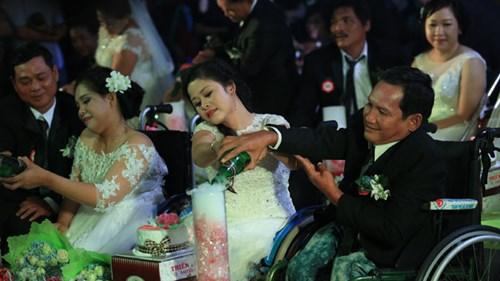 Xúc động lễ cưới tập thể của 40 cặp đôi khuyết tật - 12