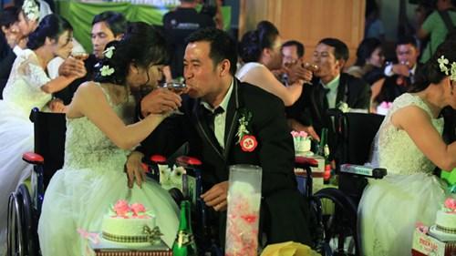 Xúc động lễ cưới tập thể của 40 cặp đôi khuyết tật - 13