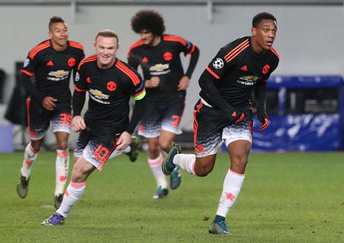 """Rooney """"ỷ lại"""" công việc ghi bàn cho Martial - 1"""