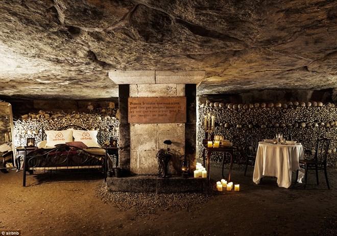 Rợn người ngủ đêm trong hầm mộ cùng 6 triệu hài cốt - 1