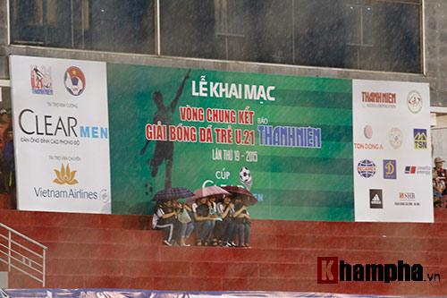"""Giải U21-Cup Clear Men: Cầu thủ lăn xả """"thủy chiến"""" - 7"""