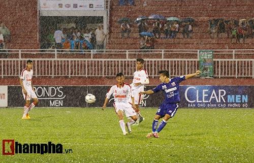 """Giải U21-Cup Clear Men: Cầu thủ lăn xả """"thủy chiến"""" - 8"""