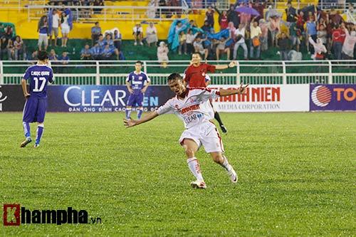 """Giải U21-Cup Clear Men: Cầu thủ lăn xả """"thủy chiến"""" - 9"""