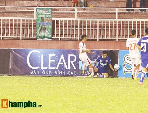 """Giải U21-Cup Clear Men: Cầu thủ lăn xả """"thủy chiến"""" - 11"""
