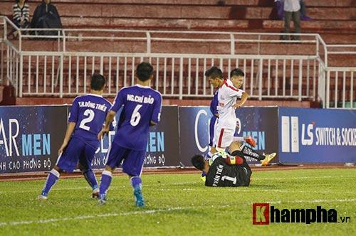 """Giải U21-Cup Clear Men: Cầu thủ lăn xả """"thủy chiến"""" - 12"""